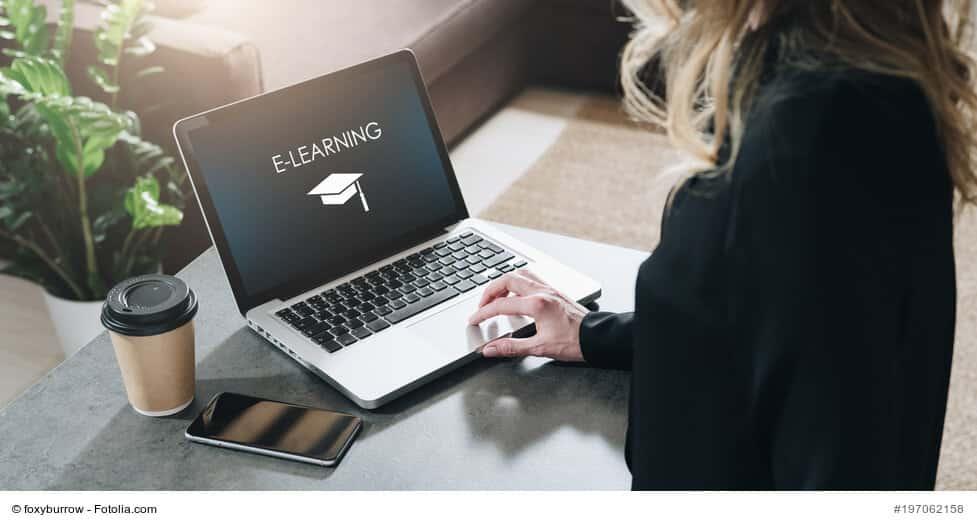 e-learning-frau-am-notebook